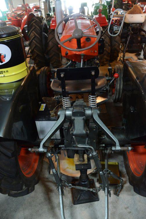 クボタのトラクターのフェンダー上に、イカした缶が載っています。実はこのトラクターの写真は撮っていなくて、缶の写真しかないんです。だから何という名のトラクターかわかりません。