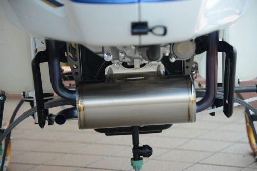 これがサイレンサーですね。ステンレス製のようです。どんな音がするのかなあ・・・