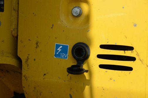 それともう一つ発見したのは、このバックホー12Vが取り出せること。多分シガーソケット。でも、なぜか外向きに付いています。なんでかなあ・・・