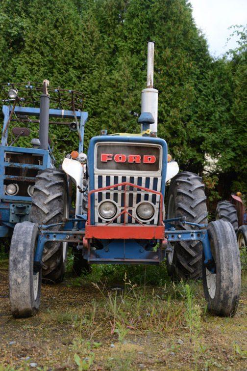 FORD3000です。tractordata.comによれば1965年〜1975年と10年もの間のロングセラーで、ディーゼルなら3気筒2.9Lで47馬力だそうです。FORD3000は撮りトラでもずいぶん取りあげていると思いますが、この機体の大きな特長としては赤いライトガードのような物でしょうか・・・