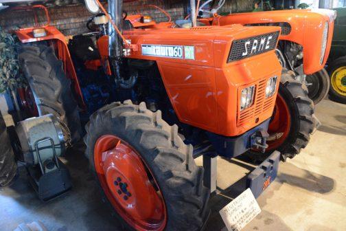 前方に張り出したオデコ。逆スラントを段付きで更に強調した挑戦的なスタイル。SAME minitauro60です。tractordata.comによればminitauro60は1972年から1984年にかけて製造され、56馬力の(他のサイトでは60馬力とも・・・表記からも60馬力のほうがそれらしいですね)SAME 3.1L 3-cyl diesel 56馬力/2200rpmとなっています。