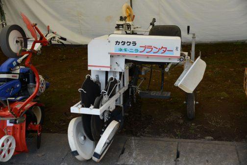 まずはカタクラのネギ・ニラプランターです。カタクラは正確には片倉機器工業株式会社。長野県松本市の会社です。長野県は岡山県、東京都と並んで農機具メーカーの多い土地ですね。まず驚いたのはどうも正面の大きな文字、「カタクラ ネギ・ニラ プランター」はステッカーで元々の製品から貼ってあるようなんです。ありそうでなかったわかりやすい宣伝。大きな看板をはじめから背負っているんです。