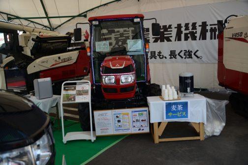 なんだかヘンにLEDを貼付けられ、飾られているGA550XUV 価格 ¥6,423,840 54.4馬力 排気量 2216cc 燃料タンク 55L 型式名 GA550XUV 全長 3545mm 全幅 1700mm 全高 2325mm