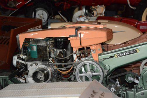 エンジン部分。ベルトとプーリーがごちゃごちゃ付いていて複雑です。それだけでトラクターと書いてあることに納得してしまいます。