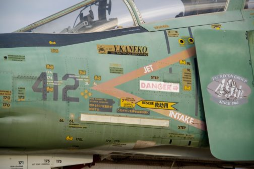 注意書きマニアとしてはものすごく気になります。遠くから見ていてはわからなかったのですが、ものすごい量の注意書き。戦闘機のボディは注意書きで埋め尽くされている・・・耳なし芳一って感じ。