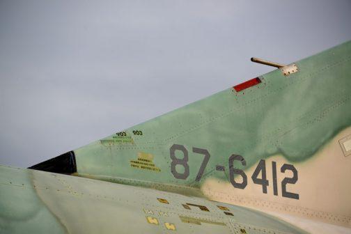 HF無線機AN/ARC-190を作動中は 垂直安定板に近づくな」とあります。