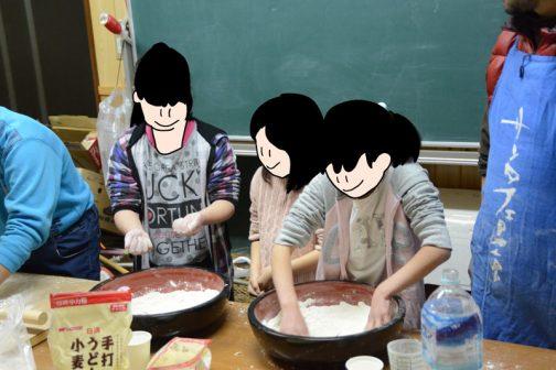 子供たちはゲームなどをしながら待ち、順番が来ると喜んで(多分)蕎麦を打ち始めます。