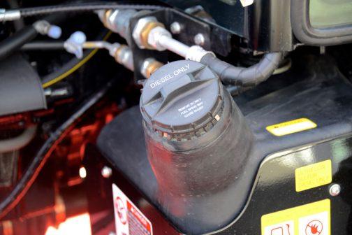 ゆっくり開けること。燃料が飛び出してケガをする恐れあり。remove slowly fuel splay may cause injury