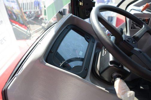 運転席はわりとシンプルな作り。狭くて全体が撮れないので・・・