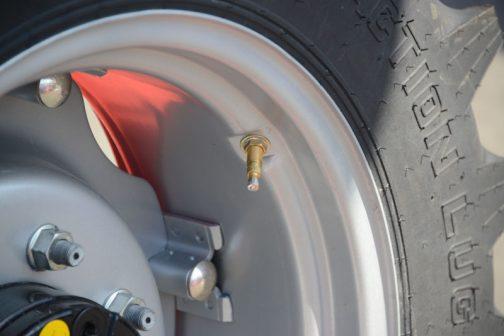 このタイヤで目についたのはこの口金。国産のトラクターがどうなっていたか全く記憶にないんですが、これが目についたということは違うものが付いているのでしょうね。