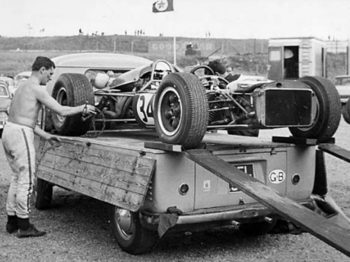 画像を探している過程でこんな写真を見つけました。キャプションによれば1966年のF1オランダGPの写真で、なんとプラーベーターのF1ドライバーだそう。RRで車高の高いワーゲントラックにF1マシンを積んでF1を走るなんて!なんてカッコいいんだ!当然長い歩み板が必要になるわけで、何だか超危険。