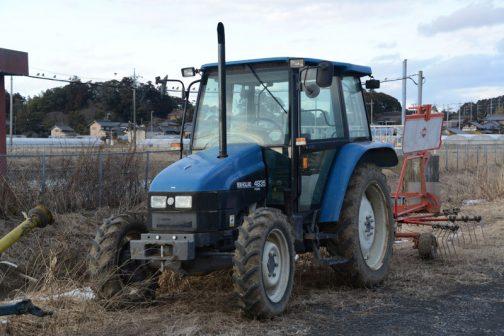 New Holland 4835はtractordata.comによると1996年〜1999年の35シリーズ。エンジンはIveco 8045.06 3.6リッター4気筒8バルブ 65馬力/2500rpmとなっています。
