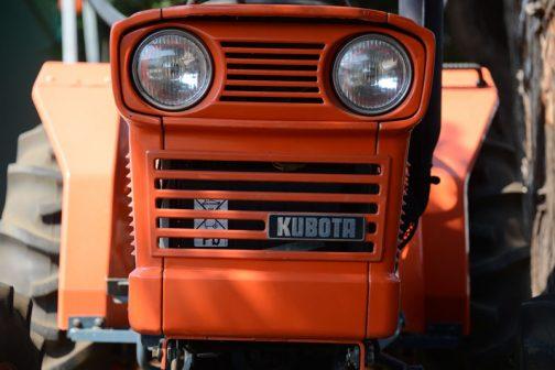 クボタ教の教祖Nさんに連れて行ってもらった、クボタ筑波工場で行われた、関東甲信越クボタグループの「サマーフェア」2017。倉庫のの隅に置いてあった30年以上前のクボタL245-Ⅱ DT。 tractordata.comによればKubota L245は1976年 - 1985年、1.1L3気筒25馬力/2800rpmのエンジン。新車のような輝き!