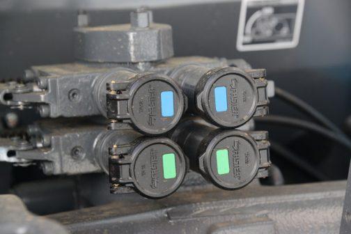 すごく目立つところにある油圧の取出し口。キャップには大きくメーカーの名前が書いてあります。「faster」
