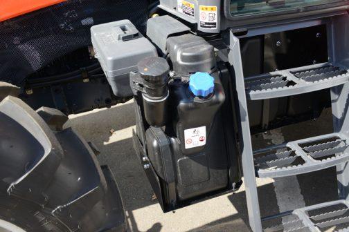 クボタ・ジェネスト M110GEFQBCMR3 それからジェネストはWEBページによると『コモンレールシステム、DPFマフラ、クールドEGR、さらにNOxを無害化する尿素SCRにより、環境に配慮したクリーンな排気に貢献しています。』とあるように、国内特自排ガス4次規制に対応しているのでこのように青いキャップの 尿素タンクが付いているんでした。