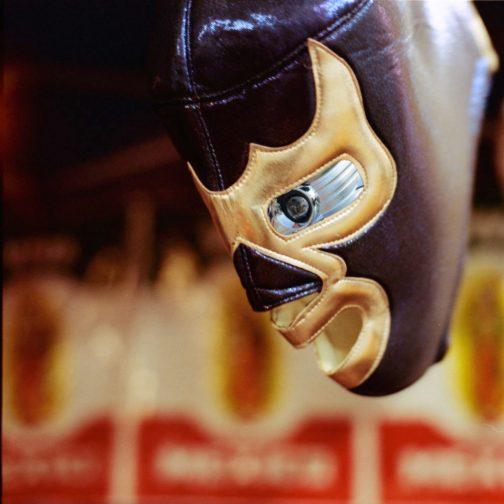 マスクの穴から目が覗いている感じ。