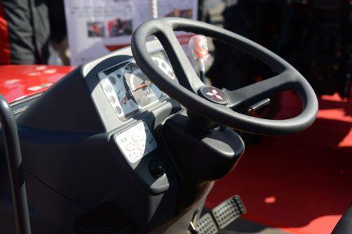 あっさりしたハンドルまわり。右側に旋回補助スイッチパネルが見えます。