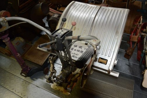 苗スライダー部分、古い田植機って何で銀色なんだろう・・・と思っていたのですが、これ、アルミをプレスしたものですね! プラスチックじゃなかったんだ!