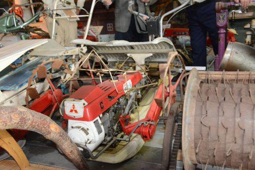 その機首はユニークな形をしています大抵の田植機はエンジンが横置き(ベルト駆動?)なのに、この田植機は縦置きです。