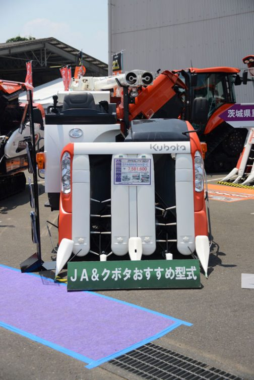 クボタコンバイン DYNALITE NEO ER448NHDMW2-C 価格¥7,581,600 ダイナライトスレッシャー 大径ロングこぎ胴 ワイド揺動板 付属機能の説明に、今まであまり見なかった図やイラストが使われています。「ダイナライトスレッシャー」なんだかプロレス技みたいな名前に、「大径ロングこぎ胴」「大径」という日本語と「こぎ胴」という古くさい日本語の間に「ロング」というカタカナが挟まったハイブリッド構造で不思議です。「ワイド揺動板」なども同じですよね。これにもう一つ機能が加わると「高速ワイド揺動板」のようにサンドイッチ・ハイブリッド構造になるのでしょう。あ!僕も同じように使っています。「両支複合構造」と言い直しておきましょう。