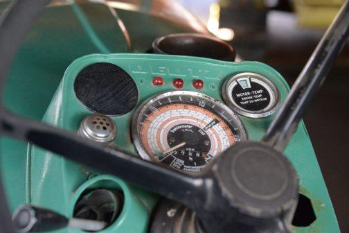 メーター廻り。メインのトラクターメーターはVDO