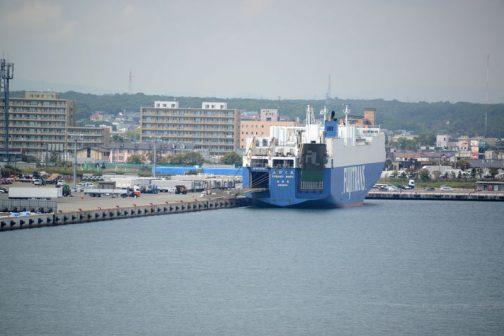 車両運搬船も見えます。