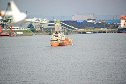 港を走る船。