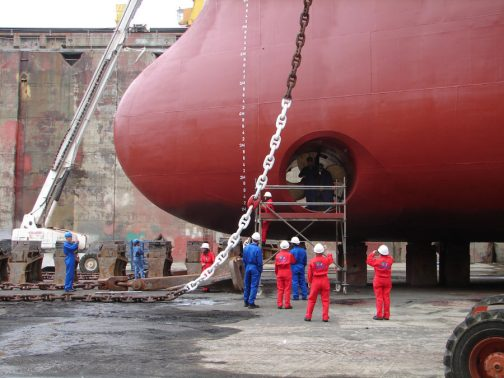 Wikipediaによればサイドスラスターと言って、 船を横方向に動かすための動力装置である。接岸や離岸の際に使用することで、時間や手間を省き、安全を確保することを目的に、比較的大きな船に装備されることが多い。 ということだそうです。そして、 サイドスラスターが設置されている船では、設置されている部分の喫水線上に、円の中にスクリューを示すマークを描き、スラスターの存在位置を明示することが求められる。これは小型船が、サイドスラスターを使用中の船の側方を通航する場合に、思わぬ水流を受けて事故が起きないようにするためである。 だそうです。