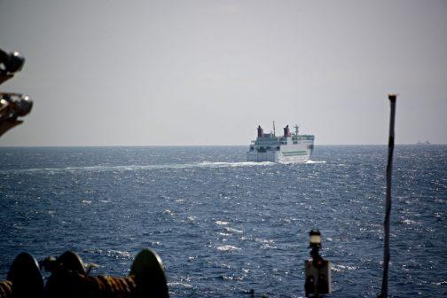 以前、北海道へ行くフェリーの途中で撮りました。船に乗っている間は海ばかりしか見えないので、他の船とすれ違うのが楽しみだったりします。
