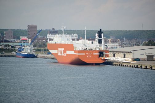 あちらの岸壁には2隻停泊しています。苫小牧港は大きく複雑なので見ていて楽しいです。 まず手前のオレンジの船は・・・