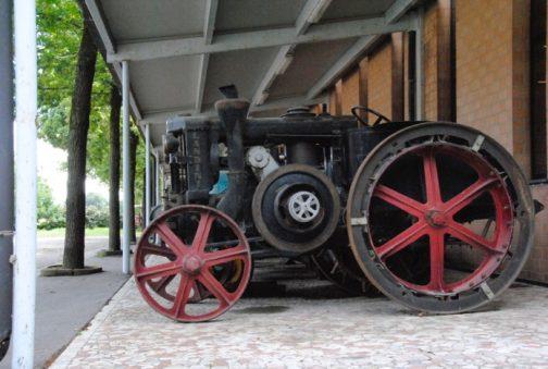 これがそのランディーニ。ランディーニといえばマッセィファーガソンやイセキでおなじみのイタリアの会社ですね!鉄車輪でずいぶん古そうです。ずいぶん昔からトラクターを作っていたんですね。