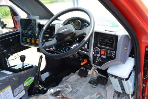 まるで飛行機の操縦席みたい。4WSだし、4WDだし、散布のコントロールもしなくちゃいけないし、色々やることがたくさんだからこんな運転席になってしまうのでしょうね。あ!悪い意味ではなく・・・です。