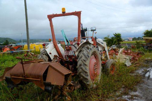 見たことのないインプルメントが付いています。土を寄せて畦を作る機械なのでしょうか・・・