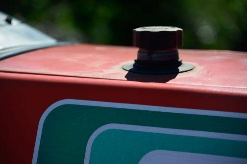 ピントが手前に合っちゃった・・・タンクキャップはプラスチック製。なぜかずいぶん飛び出している・・・