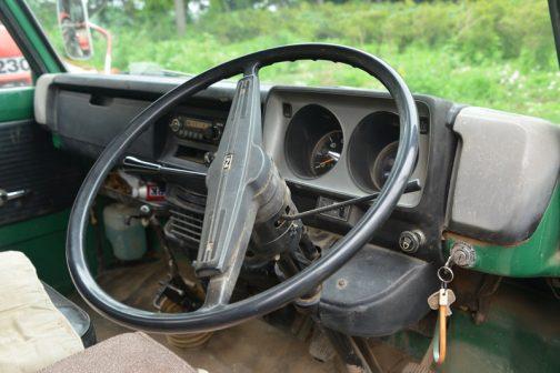 窓が高く、潜水艦のようなコックピット。あんなにキャブ部分が大きいのに、運転席は狭いです。コラムシフトです。