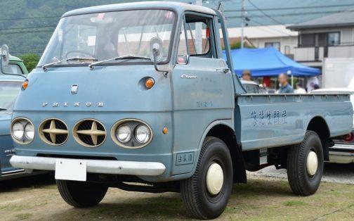 こちらもWikipediaより。2代目(1966年-1976年)。これはトラックとは思えないモダンなデザインで、同じサイズの楕円を4つ並べてヘッドランプとエアインテークを仕込んでいます。