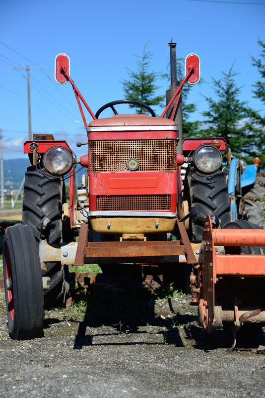 今はなくなってしまったチェコスロバキア、現在のチェコ共和国第2の都市ブルノで生まれたトラクターです。 tractordata.comによればZETOR4712は1972年から1978年にかけて製造され、ZETOR3気筒2.6リッターディーゼルエンジン、45馬力2200rpmとなっています。