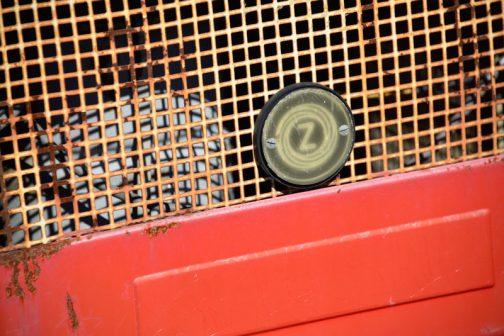 これがその控えめな大きさなのバッジ。すっかり焼けて曇ってしまったクリアカバーを留めているのはマイナスネジ!
