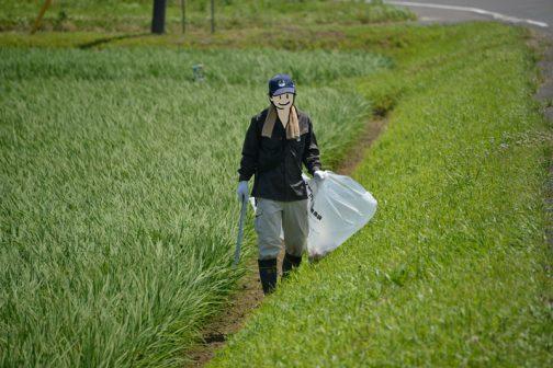 予定の範囲の草刈りが終れば一旦引き上げて、刈払機からゴミ袋に持ち替え、ゴミ拾いです。