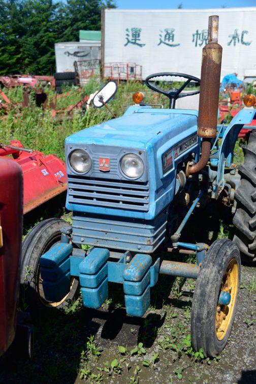 青いボディ、粉が吹いてしまっていますが、意外と色が残っていて綺麗です。赤い塗装のトラクターが古くなるのとはまた、感じが違います。