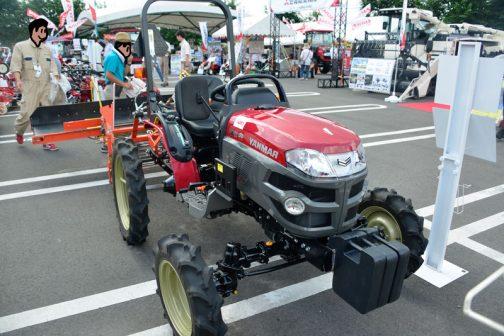 どんどんとケン・オクヤマ顔のトラクターが増え、旧タイプが片隅に追いやられ、動向が注目されていた小さな馬力のトラクター。その中でも2012年からずっとモデルチェンジ無しで頑張っていたGK16。新しいヤンマー色に塗られたリミテッドエディションが出たみたいです!