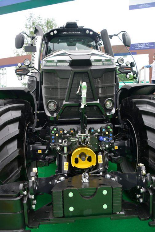 巨大なトラクターは、前後のタイヤの直径が同じくらいという特長があるように思います。そのようなトラクターはなぜかカニがタマゴをみっちり抱えているように、お腹にメカをみっちり抱えているように見えます。