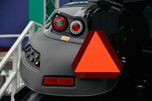 オーバーフェンダーに並んだカラフルなボタン。一番下の長方形のリフレクターはCOBO製です。
