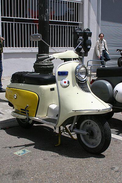 富士重工のラビットスクーター、その座席のあたりのカバー切り替えや、全体のフォルムが似たような雰囲気です。ラビットスクーターは1947年から1966年まで作られていたようですから、日の出式ハンドトラクターもそんな時代の製品なのでしょう。