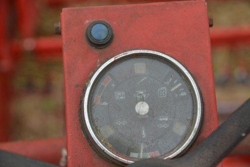 丸い計器風機器の中に様々な表示のあるコンビネーションメーター。これはおもしろい!