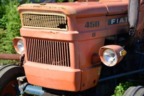 tractordata.comによるとFIAT450は、1968年〜1981年。FIAT2.3リッター3気筒エンジンで、45馬力2400rpmとなっています。いかにも働きそうな四角い顔と正反対にも思える繊細で細かいグリル。今回気になっているのは大きさや機種を表す450と書かれた文字の下の「8」