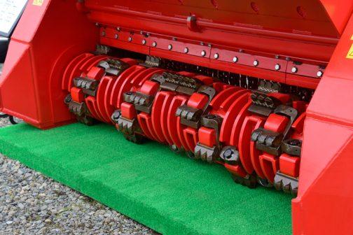 ストーンクラッシャーの形式はBPM2720というものらしいです。 製品仕様が掲げられています。 形式 BPM2720 トラクター馬力 Min 180 Max 450 作業幅 272cm ハンマー数 16 or 32 重量 3,800kg トラクターPTO 540&1000 rpm 機械駆動 ダブル ドライブベルトの数 2×5 SPC アンヴィルの数 4 なんと作業機自体の重さが3.8トン! ハイパワーのトラクターと大きなウエイトがないと難しそうです。