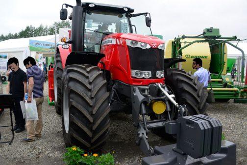 マッセイファーガソンMF7726です。農研機構の登録は2016年 主な仕様 4輪駆動 機関191kW{260PS}/2100rpm 7.365L 希望小売価格 26300 (千円) 鑑定の対象に含めたアタッチメント等 装着キャブ・フレーム (合格番号) AGCO AA.2 (216039) 水準以上の安全装備 シートスイッチ だそうです。