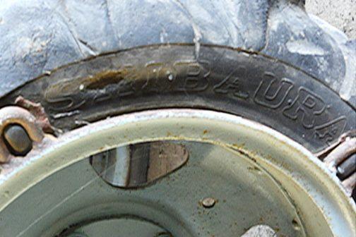 ちょっと待って!このタイヤ、よく見るとSHIBAURAって書いてあります。SHIBAURA 3.2×6 4PLY シバウラってタイヤも作っていたのでしょうか????