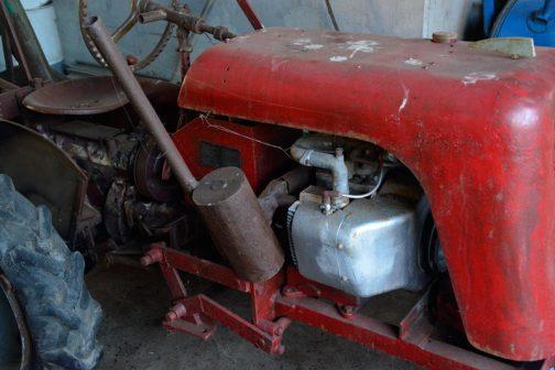 そしてなんと!エンジンが横倒しになっています。これはオリジナルなのか、それとも後から載せかえたのか・・・右手奥にタンクキャップが見えます。